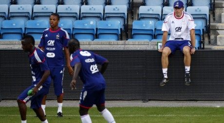 Séance d'entraînement des Bleus sous l'œil de Laurent Blanc, Oslo, le 10 août 2010. REUTERS/Vincent Kessler