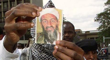 Un musulman d'Afrique de l'Ouest brandit une photo de l'ex-leader d'al-Qaida. REUTERS/Antony Njuguna