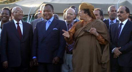 Mouammar Kadhafi avec Denis Sassou Nguesso, Jacob Zuma et Mohamed Ould Abdel Aziz, à Tripoli, le 10 avail 2011, REUTERS/Zohr