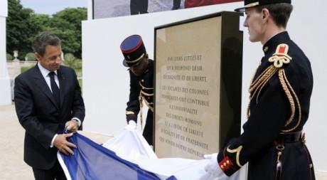 Nicolas Sarkozy dévoile une stèle commémorative dans les jardins du Luxembourg à Paris, le 10 mai 2011. REUTERS/Eric Feferberg