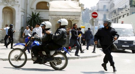 Tunis, le 6 mai 2011. Des policiers anti-émeutes dispersent la manifestation antigouvernementale. REUTERS/Zoubeir Souissi