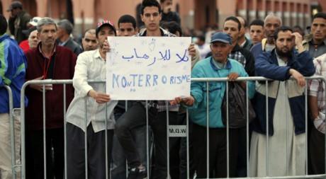 Un homme tient une pancarte «non au terrorisme» à Marrakech le 28 avril 2011. REUTERS/Youssef Boudlal