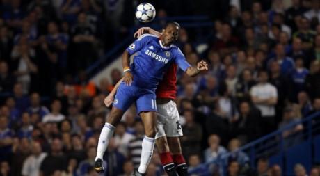 Didier Drogba (Chelsea) et Rio Ferdinand (Manchester), le 6 avril 2011, à Londres. REUTERS/Stefan Wermuth