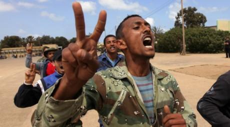 Des civils volontaires dans l'armée des insurgés s'entraînent à Benghazi, le 11 mai 2011. REUTERS/Mohammed Salem