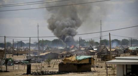 De la fumée s'élève au-dessus de la ville soudanaise d'Abyei attaquée par Khartoum, le 23 mai. REUTERS/Ho New