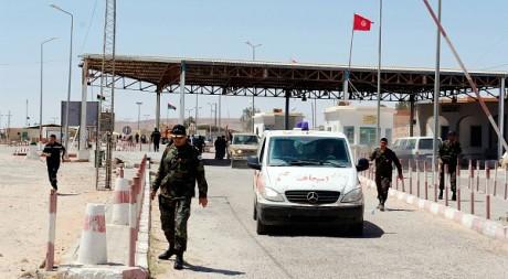 Des militaires tunisiens évacuent des rebelles libyens au poste de Dehiba le 17 mai 2011. REUTERS/Anis Mili