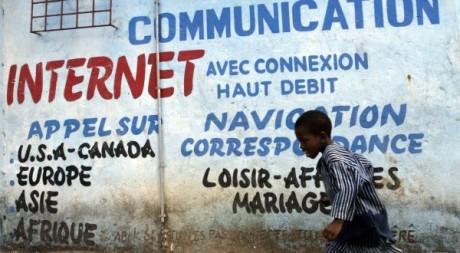 Un enfant près d'un cybercafé d'Abidjan. REUTERS/Luc Gnago