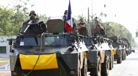 Une colonne de blindés français à Abidjan le 8 avril. REUTERS/Luc Gnago