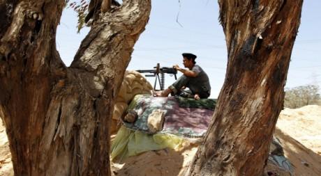 Un rebelle libyen près de Misrata, le 30 mai 2011. REUTERS/Zohra Bensemra