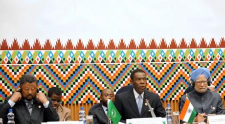 Manmohan Singh, Teodoro Obiang Nguema et Jean Ping au sommet Afrique-Inde à Addis Abeba, le 24 mai 2011. SIMON MAINA / AFP