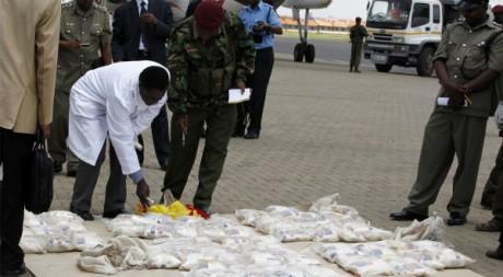 Saisie d'héroïne à l'aéroport de Nairobi, Kenya, le 25 mars 2011. REUTERS/Thomas Mukoya
