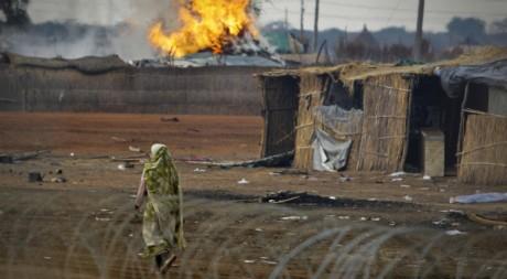 Des tukuls incendiés à Abyei, le 28 mai 2011. REUTERS/Ho New