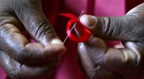 Une kényane fabricant des rubans rouges à Nairobi, novembre 2004. Antony Njuguna/Reuters