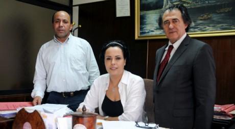 Najat Anwar entourée de ses avocats Mustapha Errachdi (à gauche) et Jean Chevais, à Rabat le 4 juin. AFP/AIDA