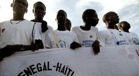 Des étudiants sénégalais prêts à accueillir les boursiers haïtiens, le 14 octobre 2010 à Dakar. REUTERS/Emilie Régnier