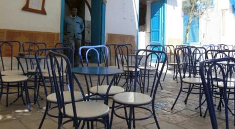 Une terasse de café déserte à Sidi Bousaïd, près de Tunis, le 5 février 2011. REUTERS/Louafi Larbi