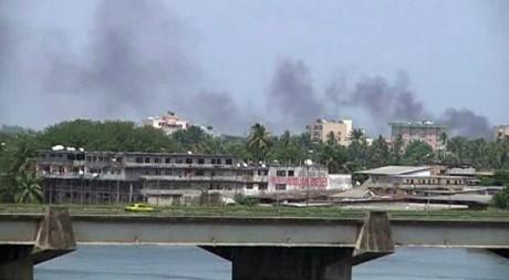 Vue d'Abidjan qui brûle à cause des combats, 31 mars 2011. REUTERS/Reuters TV