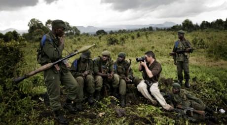 Un photographe de Reuters et des soldats congolais à l'est de la RDC, novembre 2008. REUTERS/STR New