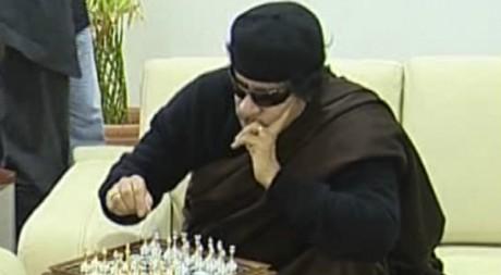 Le colonel Kadhafi joue aux échecs, Tripoli, 12 juin 2011. REUTERS/Ho New