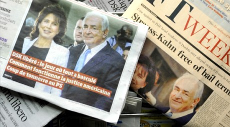 Une des journaux dans un kiosque parisien, le 2 juillet 2011. REUTERS/Gonzalo Fuentes