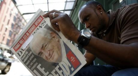 Un homme lit un journal à New York, le 2 juillet 2011. AFP PHOTO/Jessica Rinaldi
