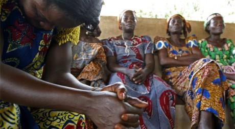 Des femmes atteintes du sida, dans un hôpital près de Cotonou, au Bénin, le 28 novembre 2007. REUTERS/Jacky Naegelen