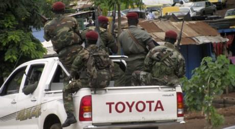 Les forces de sécurité guinéennes patrouillent à Conakry, le 19 juillet 2011. REUTERS/STR New