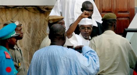 Hissène Habré quitte le tribunal de Dakar, le 18 novembre 2005. REUTERS/Stringer Afghanistan