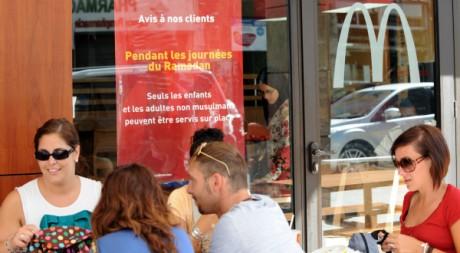Des non-musulmans attablés en terrasse d'un McDonald's de Rabat, au Maroc, le 4 septembre 2010. AFP PHOTO/ABDELHAK SENNA