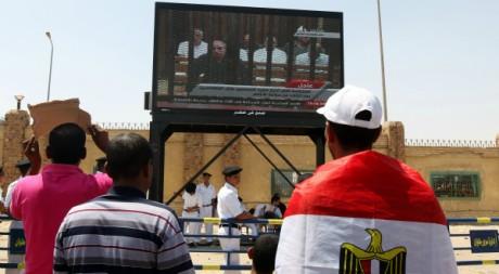 Des Egyptiens regardent le procès d'Hosni Moubarak, le 4 août 2011, au Caire. AFP PHOTO/MARWAN NAAMANI
