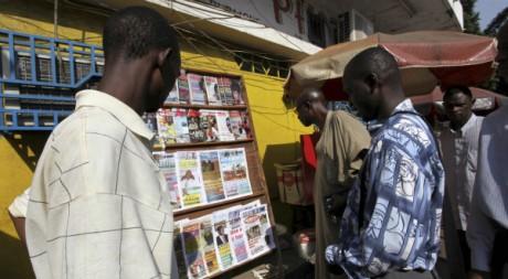 Des Guinéens devant un kiosque à Conakry, décembre 2009. © REUTERS/Reuters Staff