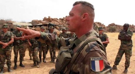 Des militaires français de l'opération Epervier, à Abeche, au Tchad, le 1er mai 2006. REUTERS/STR New