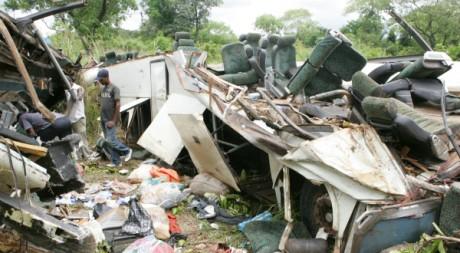Un accident d'autobus près de Yaoundé. © STRINGER/AFP