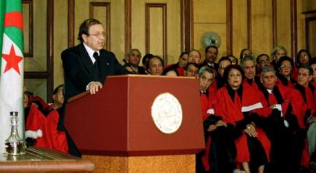 Le président Abdelaziz Bouteflika avec des magistrats algériens, le 20 octobre 1999. REUTERS/Zohra Bensemra