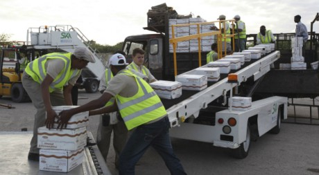 Déchargement de colis d'aide alimentaire, aéroport de Mogadiscio, juillet 2011 © REUTERS/Feisal Omar