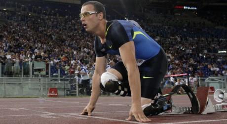 Oscar Pistorius se prépare pour un 400 mètres au Stade olympique de Rome, le 11 juillet 2008. REUTERS/Alessandro Bianchi