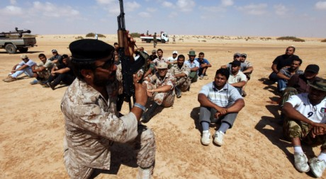 Un officier de l'armée rebelle entraîne de nouvelles recrues le 10 août 2011. REUTERS/Esam Al-Fetori