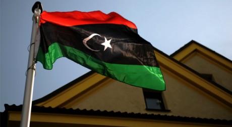 Le drapeau des rebelles libyen flotte sur le consulat libyen à Prague, le 22 août 2011. AFP PHOTO MICHAL CIZEK