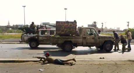 Des rebelles dans le centre de Tripoli, le 22 août 2011. REUTERS/Bob Strong