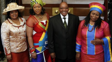 Le président sud-africain Jacob Zuma et ses trois femmes, le 3 juin 2009 à Cape Town. REUTERS/Mike Hutchings