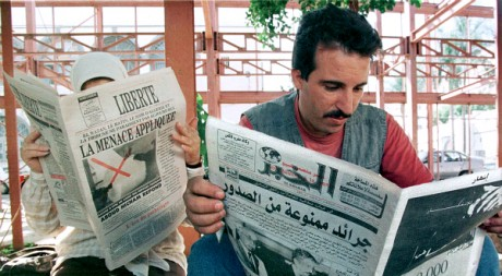 Des Algriens lisent la presse, le 17 octobre 1998. REUTERS/Str Old