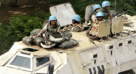 Les Casques bleus de l'ONU patrouillent dans les rues d'Abidjan, le 7 avril 2011. REUTERS/Luc Gnago