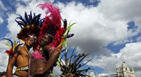 Nicole Compton et Kendell Eugene posent pour promouvoir le carnaval de Notting Hill, le 24 août 2011. REUTERS/Luke MacGregor