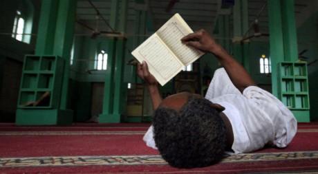 Un homme lit. REUTERS/Mohamed Nureldin Abdallah