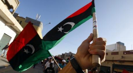 Un Libyen agite un drapeau, le 29 août 2011 à Tripoli. REUTERS/Anis Mili