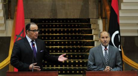 Le ministre des Affaires étrangères marocain Taieb Fassi Fihri et le président du CNT Mustafa Abdel Jalil. REUTERS/STR New