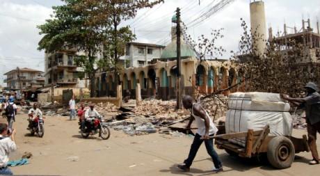 Une mosquée détruite à Onitsha, sud du Nigeria, le 23 février 2006. AFP PHOTO DAVE CLARK