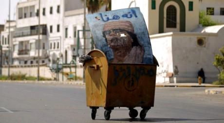 Un portrait de Kadhafi dans une benne à ordures à Tripoli, le 30 août 2011. AFP PHOTO/PATRICK BAZ