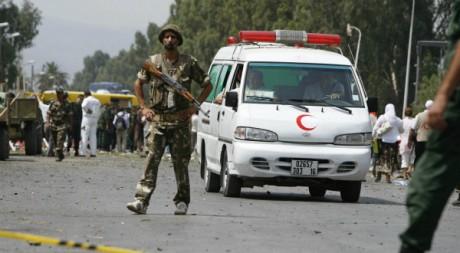 Des secouristes algériens après un attentat-suicide près d'Alger, août 2008 ©  REUTERS/Zohra Bensemra