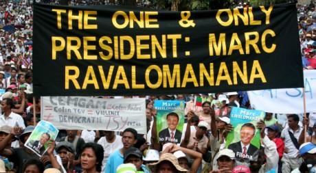 Des partisans de Marc Ravalomanana arborent une banderole en anglais, Antananarivo, 25 mars 2009. AFP/Grégoire Pourtier